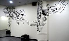 Роспись стен в школе танцев.