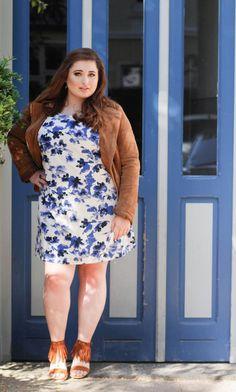Sommerkleid in blau und weiß.  Wildleder Jacke Plus Size Wildleder Schuhe mit Fransen.  ---    Floral Summer Dress by Junarose.  Brown Leatherjacket by C&A  Picture: Lina Mallon