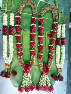 Indian Wedding Flowers, Indian Wedding Theme, Flower Garland Wedding, Flower Garlands, Simple Stage Decorations, Wedding Stage Decorations, Flower Decorations, Naming Ceremony Decoration, Marriage Decoration
