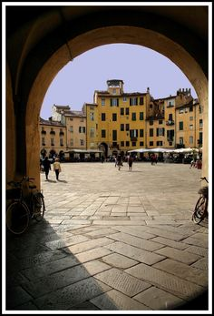 Lucca,  Italia - one of those places I've always wanted to go but don't quite know why.  Must do it one day!