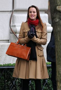 Bensoni coat, Cayman bag and Magaschoni scarf. Gossip Girls, Mode Gossip Girl, Estilo Gossip Girl, Gossip Girl Seasons, Gossip Girl Outfits, Gossip Girl Fashion, Blair Waldorf Outfits, Blair Waldorf Gossip Girl, Blair Waldorf Style