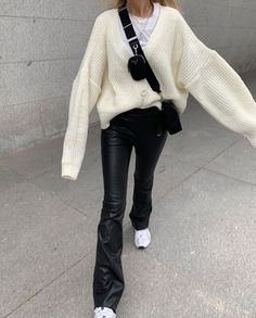 Follow our Pinterest Zaza_muse for more similar pictures :) Instagram: @zaza.muse   Black leather pants with oversized knitted sweater. Style inspiration. Winter Fashion Outfits, Fall Winter Outfits, Look Fashion, Autumn Winter Fashion, Fashion Killa, 90s Fashion, Fashion Beauty, Looks Street Style, Looks Style