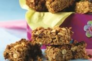 Double Peanut Granola Bars: Homemade granola bars are an easy and healthy after-school snack and aren't as sweet as the store-bought varieties. They can be stored in an air-tight container to have handy when hunger strikes. Healthy Food Choices, Healthy Snacks, Healthy Eating, Granola Barre, A Food, Food And Drink, Homemade Granola Bars, Peanut Butter Bars, Everyday Food
