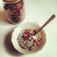 zonnebloempitten, pompoenpitten, gojibessen, kokosvlokken, chiazaadjes en lijnzaad. Eet de mix met kokosmelk, amandelmelk, rijstemelk, sojamelk of yoghurt.