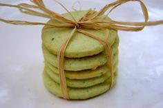 De jolis petits sablés bien parfumés et bien colorés! Ingrédients pour environ 30 sablés : 200g de farine 100g de beurre 100g de sucre en poudre 1 œuf 1 cuill. à soupe bombée de pâte de pistache 1 goutte de colorant vert (facultatif) Préparation : Dans...