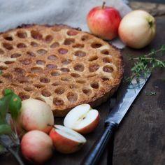 Dreamy Apple pie with a #scrumptious crust and a hint of ginger. One of my favorite pies ever.  Omenoista tuli leivottua pitkään suunnitteilla ollut rapeakantinen piirakka. Inkiväärillä maustettu piirakka on syksyisen ihana. #makeaa #omena #omenapiirakka  #foodstagram #pie #applepie #ginger #inkivääri #nosoggybottom #gbbo