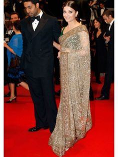 Aishwarya Rai Bachchan graces the red carpet with her fine beauty and designer saree. Bollywood Sarees Online, Bollywood Fashion, Bollywood Actress, Bollywood Stars, Saree Fashion, Indian Designer Sarees, Indian Sarees, Sabyasachi Sarees, Ethnic Sarees