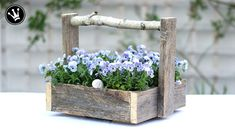 DIY – box with handle made of old wood Upcycling Easy Diy Projects, Wood Projects, Woodworking Projects, Wood Trellis, Wood Mantle, Cool Tables, Diy Furniture Plans, Wood Working For Beginners, Plantation