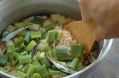 いちばん丁寧な和食レシピサイト、白ごはん.comの『ねぎの炊き込みご飯の作り方』を紹介するレシピページです。長ねぎが余ったときは迷わずこのレシピ!冬の時期の甘いねぎと、煮干しだしが相性抜群!だしがらの煮干しも捨てずに一緒に炊き込みましょう。写真付きで『ねぎご飯』の作り方を詳しく紹介していますので、ぜひお試しください!