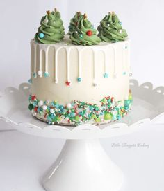 20 Festive Christmas Cakes – Find Your Cake Inspiration Sprinklin Christmas Cake Christmas Cake Designs, Christmas Cake Decorations, Christmas Cupcakes, Christmas Sweets, Holiday Cakes, Noel Christmas, Christmas Birthday Cake, Christmas Tree Cake, Christmas Images