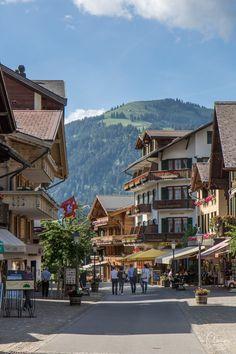 Eine Reise nach Gstaad ins Käseland ist immer ein Highlight. Switzerland Summer, Gstaad Switzerland, Europe Travel Guide, Travel Destinations, Road Trip, Charming House, Reisen In Europa, Places To See, Beautiful Places