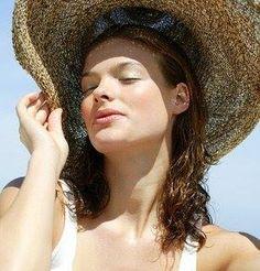 El sol y el calor en nuestro cabello son muy negativos para su salud. Exponerlo demasiado tiempo al sol, o el uso frecuente de planchas y secadores hace que nuestro cabello se debilite y las puntas se abran frenando su crecimiento. ¿Cuál es la solución? Reducir el uso de estos aparatos, y cuando salgamos a la calle ponernos un gorrito que hay muchos y muy monos. Después aplicarnos un buen tratamiento hidratante para el cabello y el cuero cabelludo.