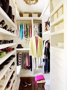 Space Smarts  Uso de estantes para zapatos, cajas para mantener fuera de la vista cosas y protagonismo para la ropa.