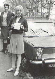 FRANCE GALL  vient d'obtenir son permis de conduire sur une SIMCA 1000