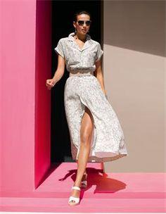 Ledergürtel mit überzogener Schliesse, Sonnenbrille mit Metallrahmen, Langes Kleid mit Seide