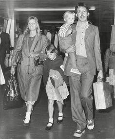 Former Beatles member Paul McCartney, wife Linda McCartney and their daughter Stella McCartney after flying on Concorde in 1979 Celebrity Kids, Celebrity Style, Liverpool, My Love Paul Mccartney, Stella Mccartney, Linda Eastman, Les Beatles, Sir Paul, Step Kids
