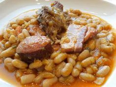 Cassoulet is typical, even emblematic, of southern French cuisine. It is a slow food casserole in which meat and vegetables, particualrly dried beans, are cooked together for a long time. Here is a simplified version of this famous dish. Toulouse, Le Cassoulet, French Cooking Recipes, Chinese Street Food, Classic French Dishes, French Food, Cooking Together, Slow Food, Pressure Cooker Recipes