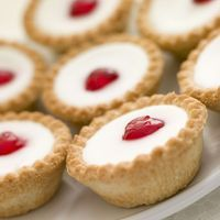 A very yummy recipe for cherry bakewell tarts. This is a family favorite recipe…. A very yummy recipe for cherry bakewell tarts. This is a family favorite recipe. Cherry Bakewell Tarts Recipe from Grandmothers Kitchen. Just Desserts, Delicious Desserts, Dessert Recipes, Yummy Food, Dessert Tarts, Sweet Pie, Sweet Tarts, British Desserts, British Food Recipes