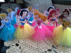 LIndos enfeites de mesa no tema princesa confeccionados em papel fotografico e a saia em tule <br>Deixe a festa da sua filha ainda mais encantadora e charmosa, um encanto!!! <br>As personagens vao sortidas. <br>Pedido minimo de 12 unidades. <br>Medida aproximada de 20 a 25cm. Princess Theme Birthday, Girl Birthday, Birthday Parties, Cinderella Party, Disney Princess Party, Princess Cupcake Toppers, Princess Cupcakes, Snow White Birthday, Prince Party