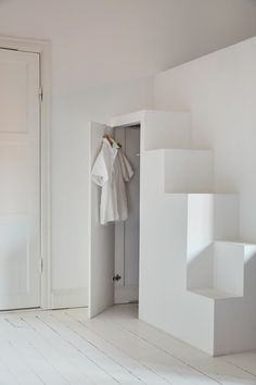 What a nice combination of a closet and stairs to a loft bed. Absolutely love it! And with that I wish you a great weekend! /// Vilken himla fin kombination av garderob och trappor upp till loftsäng.