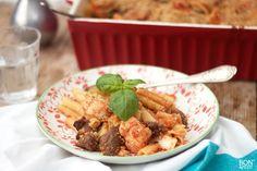 Heerlijke verrassende pastaschotel door de combinatie van bloemkool, rundersaucijzen, tomaat en pasta. Proberen, lees het recept op BonApetit! Pasta, Easy Meals, Dinner Recipes, Meat, Chicken, Breakfast, Simple Recipes, Food Food, Wraps
