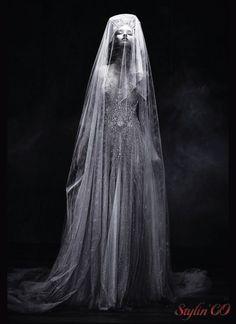 La designer, qui réalise chaque année les rêves de jeunes mariées avec LA ROBE principale de la vie d'une femme, a présenté sa nouvellecollection couture à Paris.La dentelle la plus fine épo…