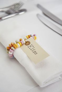 Une idée sympa de rond de serviette pour les petits loulous... le hic, c'est le risque de manger tous les bonbecs avant de vraiment passer à table...
