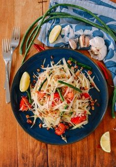 This authentic Thai green papaya salad is refreshing and delicious, with a perfect mix of textures and flavors. And it's easier than you think to make! Source: thewoksoflife.com Thai Green Papaya Salad, Papaya Salat, Wok Of Life, Pork Belly, The Fresh, Quick Easy Meals, Ethnic Recipes, Asian Recipes, Papaya Recipes