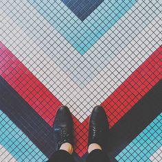 Você está em Paris vendo monumentos comendo pratos maravilhosos admirando a beleza da arquitetura e de tudo ao seu redor.  Maravilhado com tudo isto você chega a olhar para ochão?  O fotógrafo Sebastian Erras nos mostra que na cidade até o chão é algo que pode ser belo e inspirador em suas formas cores e texturas algo que poucas pessoas param para observar e admirar.  #artedrops #paris #floor #trip #france #photo #colors Visite Artedrops.com para mais inspiração!