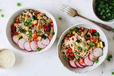Recept Vegetarische Noodles met Groenten   GIRLS WHO MAGAZINE Caprese Salad, Bruschetta, Potato Salad, Ethnic Recipes, Noodles, Food, Snacks, Macaroni, Appetizers