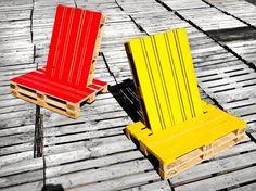 Beim Bau von Palettenmöbeln sind der Kreativität kaum Grenzen gesetzt. Zwei ineinander gesteckte Paletten ergeben originelle Outdoorstühle. Der farbige Lack macht diese beiden zu einem besonderen Hingucker.