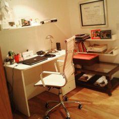 Estantes de melamina para  este escritorio super cool.