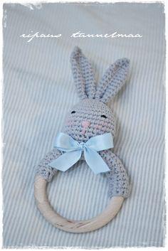 Omia pikku projekteja. Kirpputorilöytöjä ja niiden tuunausta. Sisustusta ja vauva-arkea. Crochet Quilt, Diy Crochet, Knitted Dolls, Crochet Dolls, Knitting For Kids, Baby Knitting, Diy Handmade Toys, Baby Barn, Baby Rattle