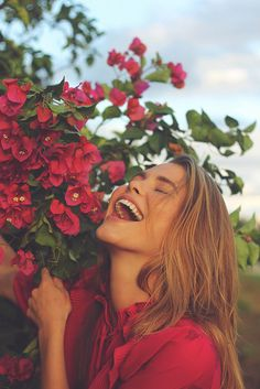 20 Ideas For Flowers Spring Photography Pictures Portrait Photography Poses, Photography Poses Women, Tumblr Photography, Photo Poses, Creative Photography, Nature Photography, Photography Flowers, Happy People Photography, Photography Settings
