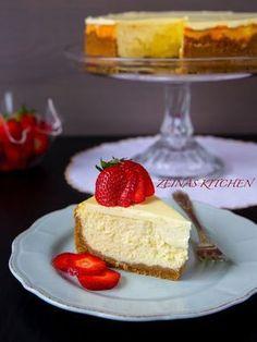 Detta är en av de absolut godaste efterrätter jag vet. Oh my… denna cheesecake är verkligen to die for! Fyllningen är krämig och himmelskt god. Det bästa är att du kan förbereda din cheesecake upp till 3-4 dagar innan servering och den räcker till många. Toppa den gärna med färska bär vid servering och njut! Ca 14-16 bitar Kakbotten: 300 g digestivekex 150 g smör Fyllning: 800 g philadelphiaost 5 st ägg 3 dl socker (du kan minska mängden socker till 2,5 dl för mindre sötma) 2 tsk…