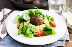 Recept voor gehaktbal voor 4 personen. Met zout, olijfolie, peper, gehakt, aardappelen kruimig, cherrytomaat, bakboter, spinazie, ui, mosterd, yoghurt-mayonaise en melk