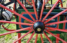 Rad einer alten Feuerwehr mit Holzspeichen