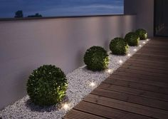 """Gartenleuchten – schönes Licht für draußen: Mobil: LED-Gartenleuchte """"Oco"""" von Santa & Cole Just as big as two paperclips are the """"Noxlite LED Garden Spots"""" from Osram. Nine of them are connected to a 10 meter cable with … Back Gardens, Outdoor Gardens, Small Front Gardens, Modern Front Yard, Front Yard Ideas, Front Garden Ideas Driveway, Front Yard Decor, Front Walkway, Modern Fence"""