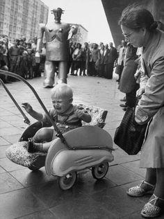 Sabor the robot (photo by Ralph Crane, 1952)