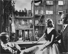 """J. Stewart, G. Kelly et A. Hitchcock, sur le tournage de """"Fenêtre sur cour"""", 1954."""