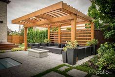 Pergola Lounge au design moderne réalisée en cèdre rouge sélect de l'Ouest canadien permet de délimiter la section lounge de cet aménagement paysager.