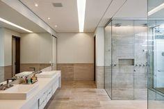 Banheiros claros: branco e bege - veja modelos modernos e dicas!
