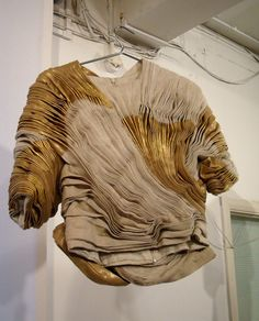 June 2016 - Sculpted Pleat Textures - gold & beige pleated top with an artful use of fabric manipulation // Rachel Hewitt, CSM Textile Manipulation, Fabric Manipulation Techniques, Textiles Techniques, Textile Texture, Textile Fabrics, Fabric Textures, Bts Mode, Yiqing Yin, Look 2018