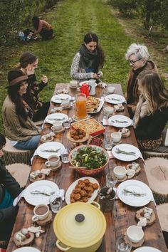 An Orchard Brunch with Poppy Barley - offbeat + inspired dream party Outdoor Parties, Outdoor Entertaining, Dinner Table, A Table, Rustic Table, Restaurant Interior Design, Partys, Instagram Worthy, Outdoor Dining