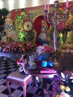 Como sempre, luxo e bom gosto nessa decoração com o tema Alice no Pais das Maravilhas!!! A equipe da Era Uma Vez decorações arrasou nos deta...