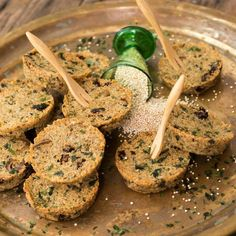 Quinoaburger - •200-250 gram (afgekoelde) gekookte quinoa •50 gram boekweitmeel •Ca. 5 zongedroogde tomaatjes of een halve rode paprika in kleine reepjes gesneden •Ca. 75 gram olijven in kleine ringen  •1 teen knoflook •1 eetlepel zeesla, zeepeterselie of een ander gedroogd zeewier  •Verse kruiden naar keuze: rozemarijn, oregano, basilicum, bieslook, salie, dragon of wat je maar in huis hebt (anders 2 eetlepels Italiaanse kruiden) •Peper en zout uit de molen •Scheut olijfolie •2 eieren