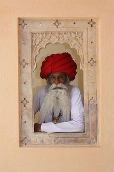 North India.... étonnant ce contraste.... la fenêtre rose, l'homme au centre.... j'aime
