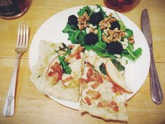 Bacon, arugula, apple, cheddar flatbread with a yummy blackberry walnut salad on the side. Paired with Smoked Apple Woodchuck Cider