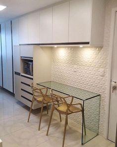 Cozinha super elegante em tons neutros de bege e branco. Condo Interior, Interior Design Kitchen, Kitchen Decor, Minimalist Kitchen, Cuisines Design, Small Apartments, Home Renovation, Home Kitchens, Kitchen Remodel