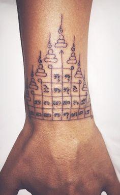 Todo sobre los tatuajes yantra (Megapost) - Arte en Taringa! Sak Yant Tattoo, I Tattoo, Cool Tattoos, Tatoos, Different Types Of Piercings, Triangle Tattoos, Tattoo Inspiration, Body Art, Ink